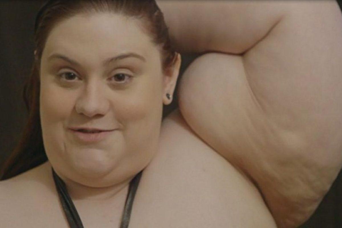 Jennifer Bennet pesa 190 kilos (420 libras) y los hombres le pagan para que se le sienten encima. Foto:vía Youtube. Imagen Por: