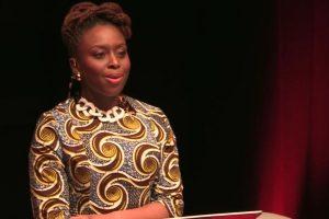 Chimamanda Ngozi Adich desea que se tomen decisiones pro-feministas a nivel mundial. Foto:Vía Youtube. Imagen Por: