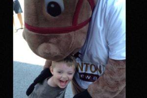 Evan Leversage, un niño de siete años que sufre de cáncer cerebral, adelantó la Navidad en su pueblo, Saint George, ubicado en Canadá. Foto:vía Twitter. Imagen Por: