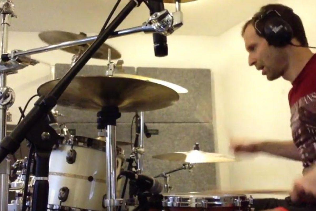 Cuando no defiende los postes del Arsenal o de la Selección de República Checa, se entretiene como baterista Foto:Youtube. Imagen Por: