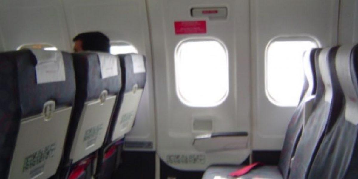 Detienen a un pasajero que intentó abrir una puerta de avión en pleno vuelo