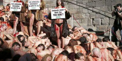Un centenar de personas se desnuda en Barcelona contra el uso de pieles animales