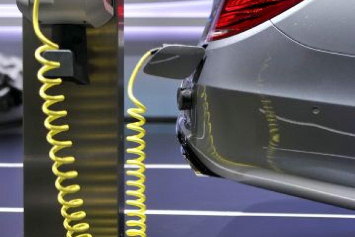 No es fácil. El costo actual de los carros eléctricos en comparación con los de motores de combustible es mucho más alto. Foto:Getty Images. Imagen Por: