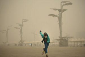 Mientras tanto sus habitantes intentan realizar las vida con normalidad Foto:Getty Images. Imagen Por: