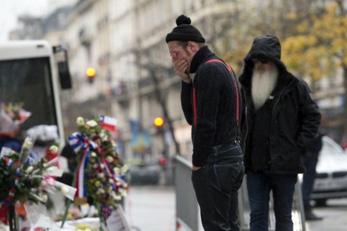 Jesse Hughes, vocalista de la banda, se mostró conmovido al rendir tributo a las víctimas Foto:AFP. Imagen Por: