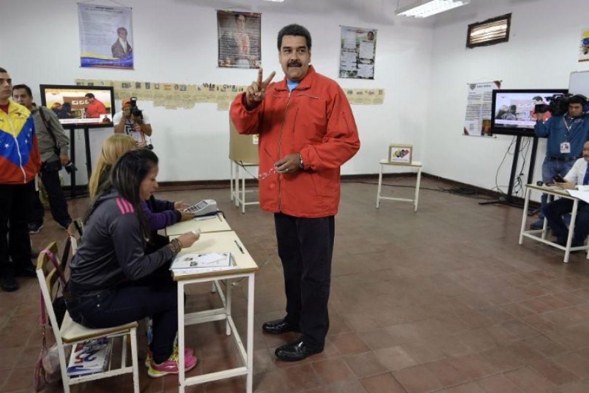 En aquel 2013, los venezolanos acudieron a las urnas un mes y dos semanas después de la muerte de Hugo Chávez. Nicolás Maduro ganó con el 50.61% de los votos (siete millones 587 mil 532) Foto:AFP. Imagen Por: