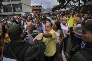Mientras que el opositor Henrique Capriles, principal competidor y representante de la coalición Mesa de la Unidad Democrática, obtuvo el 49.12% de los votos (siete millones, 363 mil 980). Foto:AFP. Imagen Por: