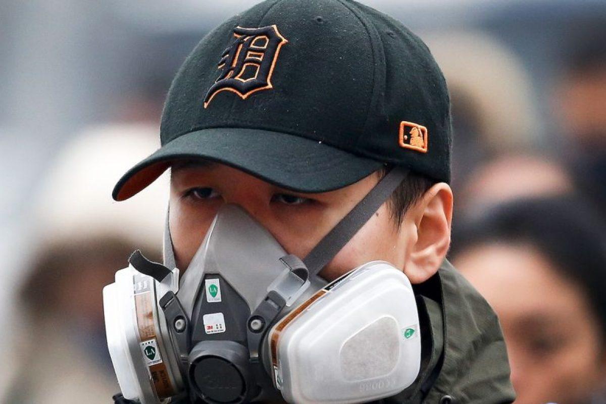 Mientras que otras personas utilizan máscaras antigases Foto:AP. Imagen Por: