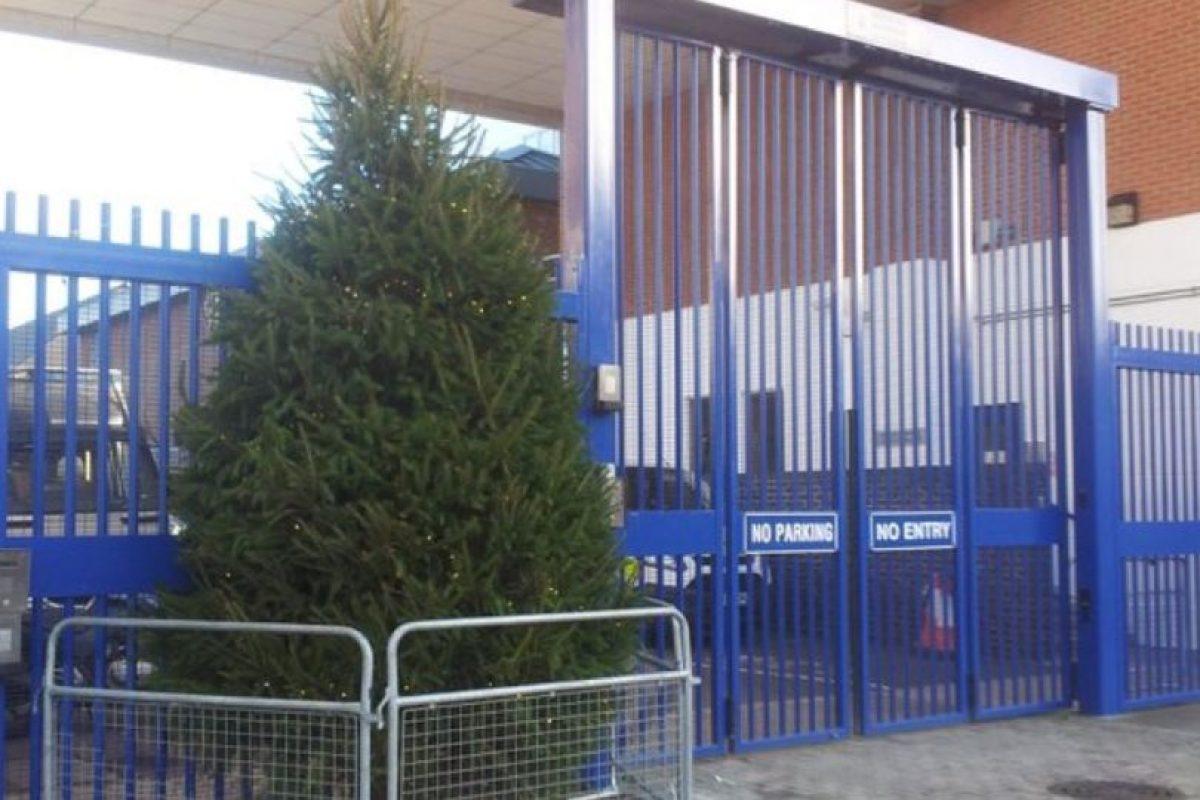 Este fue el árbol que la Estación de Policía colocó fuera de sus instalaciones. Foto:Vía Twitter. Imagen Por: