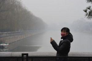 Esto, con la llegada de un frente frío, que creen podrá disipar la contaminación Foto:AFP. Imagen Por: