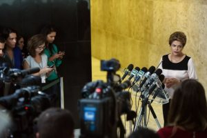 Por su parte, Dilma Rousseff mencionó que defenderá su mandato con todos los instrumentos del Estado de derecho. Foto:AFP. Imagen Por: