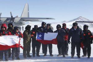 El ministro José Antonio Gómez hizo lo mismo con los pilotos de la base Foto:Gentileza Ministerio de Defensa. Imagen Por:
