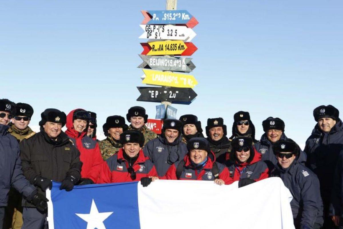 En su visita realizada el domingo 6 de diciembre de 2015, el Ministro de Defensa, José Antonio Gómez, no dudó en sacarse una foto con la bandera de Chile Foto:Gentileza Ministerio de Defensa. Imagen Por: