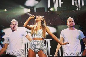 Y en cada concierto de Ariana, comparte el escenario con su hermano gemelo Brian. Foto:vía instagram.com/iamskot. Imagen Por: