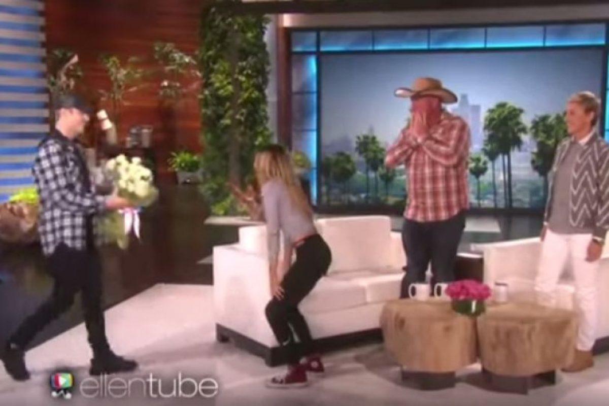"""1. Cuando sorprendió a una fan con un gran ramo de flores en el programa de la presentadora Ellen DeGeneres. Foto:""""Ellen DeGeneres Show"""". Imagen Por:"""