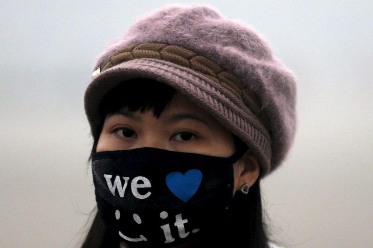 De moda, estos son los cubrebocas que utilizan contra el esmog en Beijing, China Foto:AP. Imagen Por: