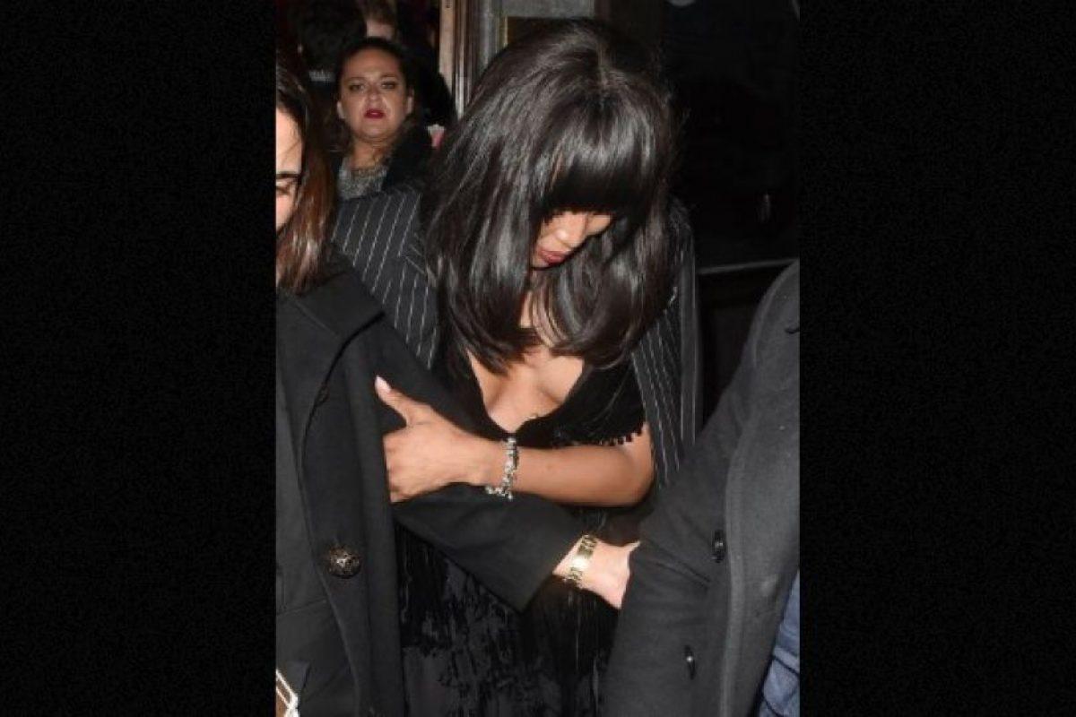 Luego de celebrar toda la noche junto a Madonna, la modelo Naomi Campbell vivió un bochornoso momento con su vestuario. Foto:The Grosby Group. Imagen Por: