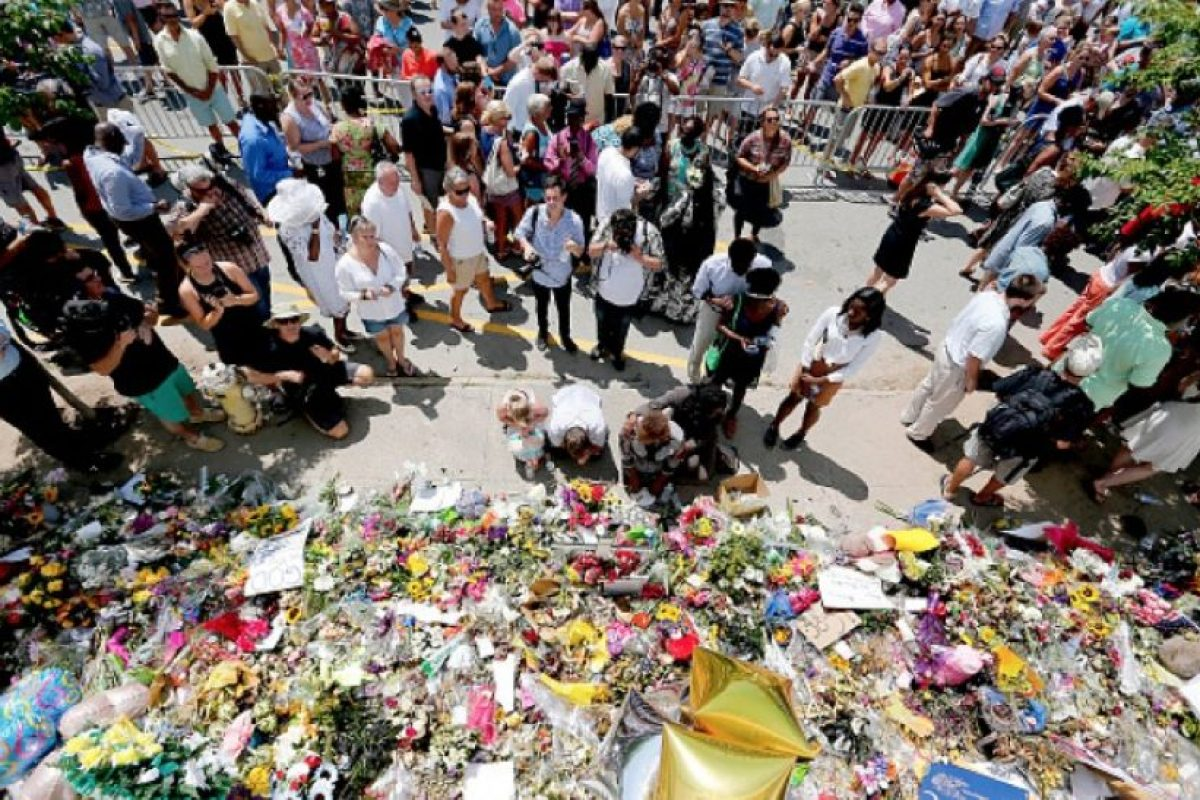 El 17 de junio de 2015 un hombre armado mató a nueve personas en la Iglesia Metodista Episcopal Africana Emanuel en Charleston, Carolina del Sur, motivado presuntamente por creencias de supremacía blanca. El descubrimiento de fotos del sospechoso posando con la bandera confederada encendió un debate acerca de la exhibición continua de esta bandera en la sede del gobierno de Carolina del Sur y otros establecimientos en Estados Unidos. Foto:Getty Images. Imagen Por: