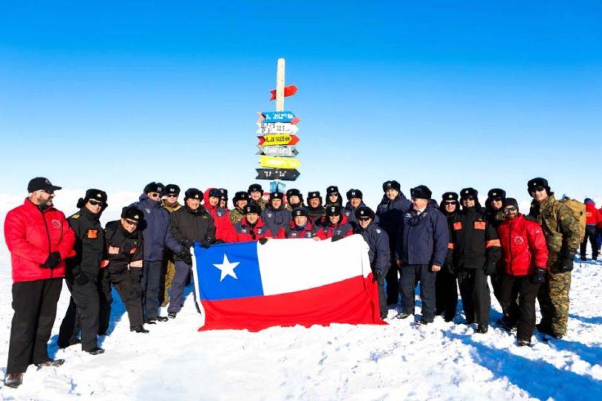 El ministro realizó un emocionante banderazo Foto:Gentileza Ministerio de Defensa. Imagen Por: