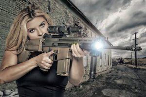Esta sacó un calendario para 2016 en el que posa con armas. Foto:Vía Twitter.com/VoteFiore. Imagen Por: