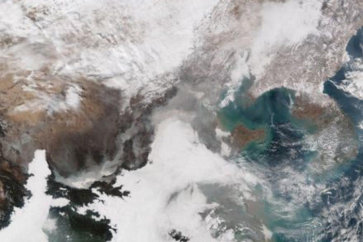 """En el centro se puede apreciar la nube de esmog que """"inundó"""" a Beijing Foto:AFP. Imagen Por:"""