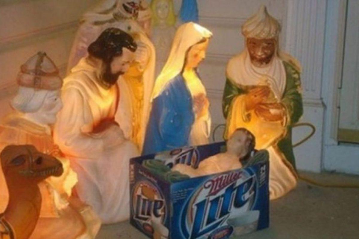 Ellos reemplazaron la cuna del Niño Dios por una caja de cartón. Foto:Reddit. Imagen Por: