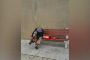 El hombre no dudó en estrenar su nueva adquisición. Foto:Vía Youtube. Imagen Por: