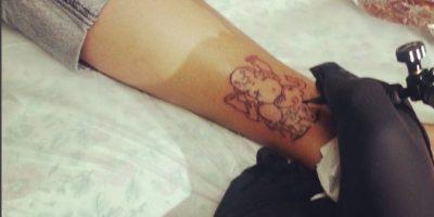Hombre se vuelve tatuador profesional a pesar de no tener manos
