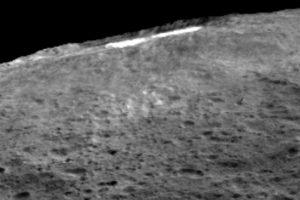 4. Tiene una masa 80 veces menor que la Luna. Foto:Vía NASA/JPL-Caltech/UCLA/MPS/DLR/IDA. Imagen Por: