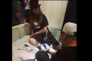 A pesar de ser rechazado en muchos estudio de tatuaje, pudo montar el propio. Foto:Vía facebook.com/TattooByFoot. Imagen Por: