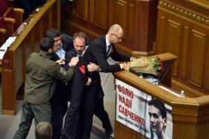 Y quiso levantarlo para sacarlo del podium Foto:AFP. Imagen Por: