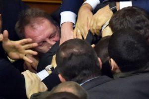 La pelea campal que se vivió en el congreso de Ucrania Foto:AFP. Imagen Por: