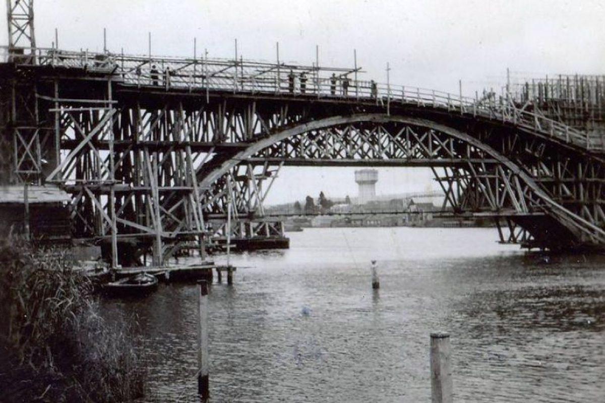 Puente Calle – Calle en construcción, Valdivia, año 1943. Foto:Fotos Históricas de Chile. Imagen Por: