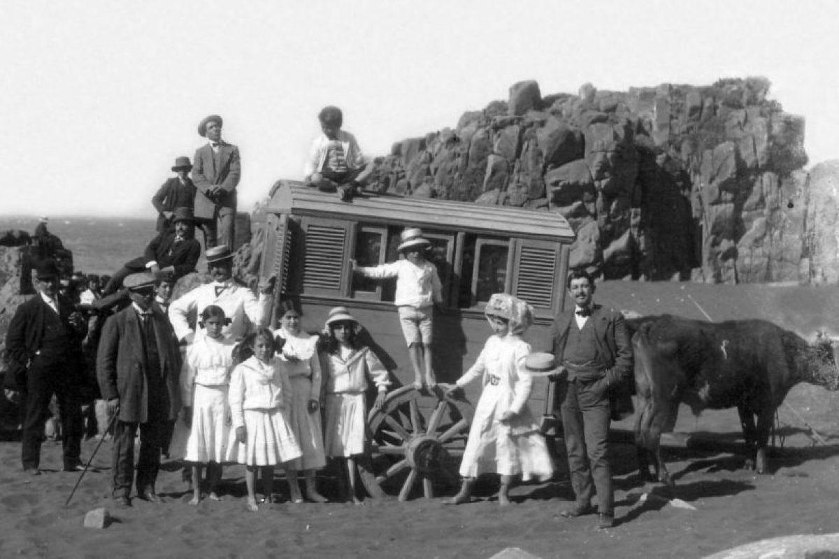 Veraneantes en el balneario de Constitución, 1900. Foto:Fotos Históricas de Chile. Imagen Por:
