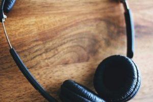 6. Es aconsejable hacer breves descansos auditivos. Cuando vaya a un club nocturno, discoteca, bar, pub, evento deportivo u otro lugar ruidoso, haga breves descansos auditivos para reducir la duración total de la exposición al ruido. Foto:vía Tumblr.com. Imagen Por: