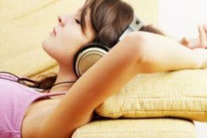 7. Aunque es importante mantener el volumen bajo, la limitación del uso de aparatos de audio personales a menos de una hora al día contribuirá enormemente a reducir la exposición al sonido. Foto:vía Tumblr.com. Imagen Por: