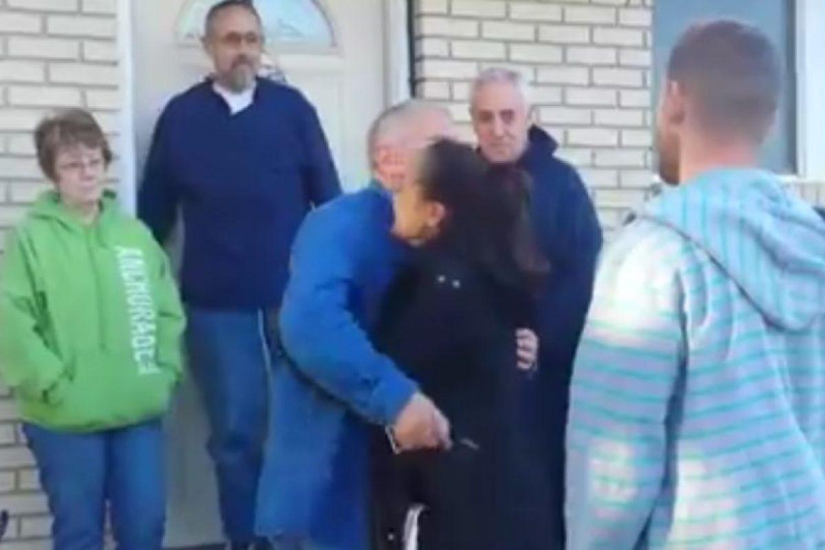 Luego de llorar no dejó de dar abrazos a la pareja. Foto:Vía Facebook. Imagen Por: