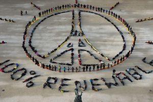Ciudadanos hacen el símbolo de Pray for París y el de 100% renovable durante una manifestación en el marco de la Cumbre del Clima. Foto:AFP. Imagen Por: