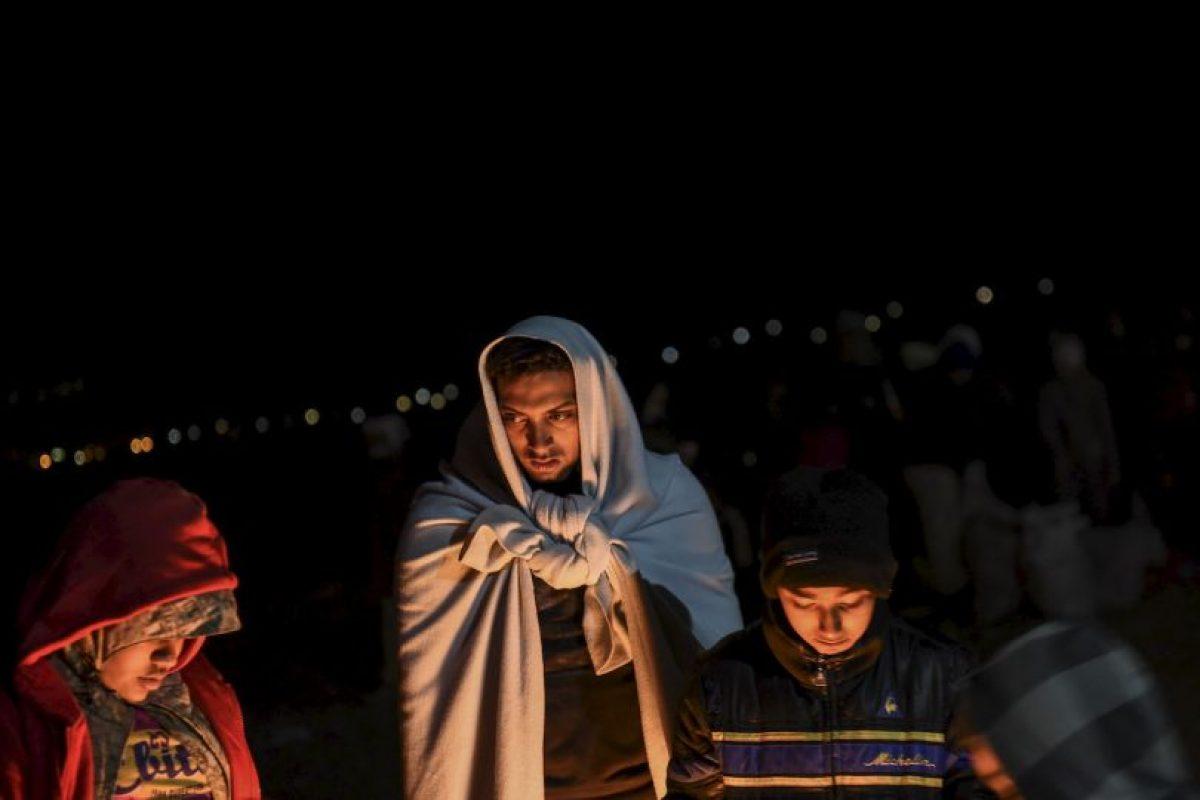 Migrantes y refugiados esperan para entrar a un campamento en la frontera de Grecia y Macedonia. Foto:AFP. Imagen Por: