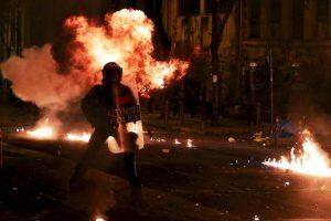 Policía antidisturbios en Grecia, durante una manifestación por el quinto aniversario del asesinato de un adolescente de 15 años. Foto:AFP. Imagen Por: