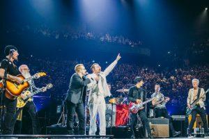 El grupo Eagles of Death Metal y Bono rinden homenaje a las víctimas de los atentados terroristas en París. Foto:AFP/ LIVENATION / DANNY NORTH. Imagen Por: