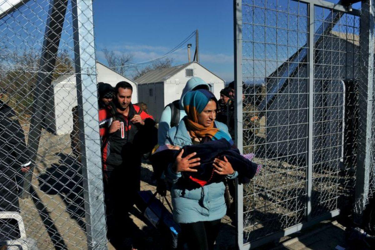 Los migrantes y refugiados que no tienen permiso para cruzar la frontera entre Grecia y Macedonia son escoltados por la policía de nuevo a la parte griega de la frontera. Foto:AFP. Imagen Por: