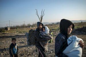 Familia de migrantes en la frontera de Grecia y Macedonia. Foto:AFP. Imagen Por: