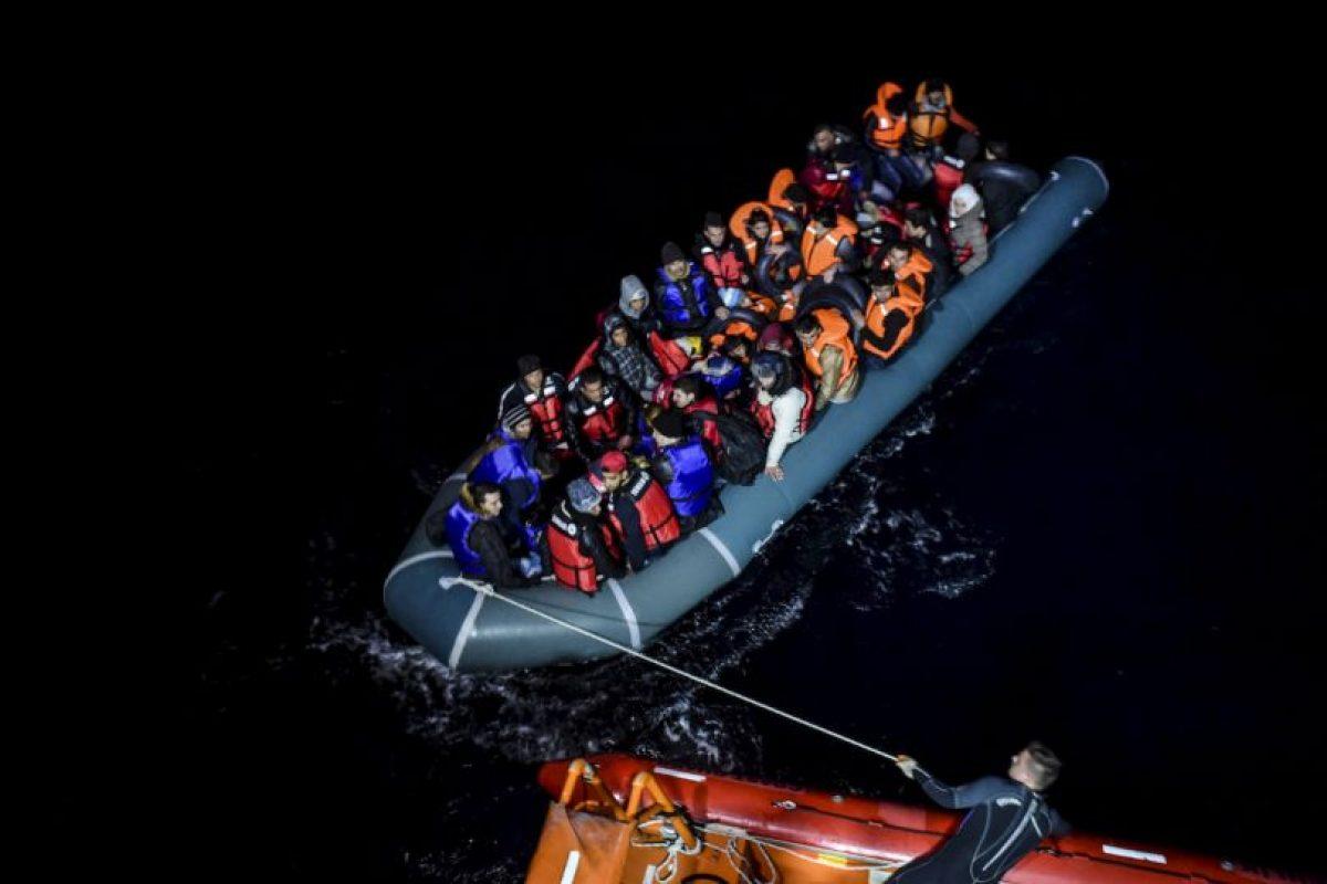 Guardia Costera de Turquía arrastra bote con migrantes sirios en la isla griega Chios. Foto:AFP. Imagen Por: