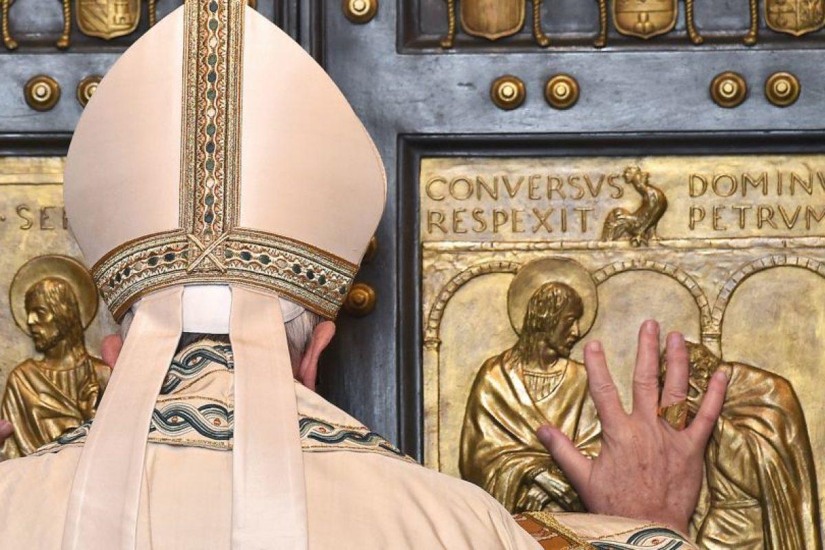 """Francisco abre una """"puerta santa"""" en la basílica de San Pedro con motivo del inicio del Año Jubilar de la Misericordia. Foto:AFP. Imagen Por:"""