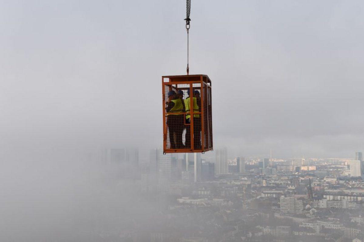 Periodistas cubren la construcción de la torre Henninger en Alemania. Foto:AFP. Imagen Por: