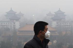 Hombre se proteje de la contaminación del aire en Pekín, China. Foto:AFP. Imagen Por: