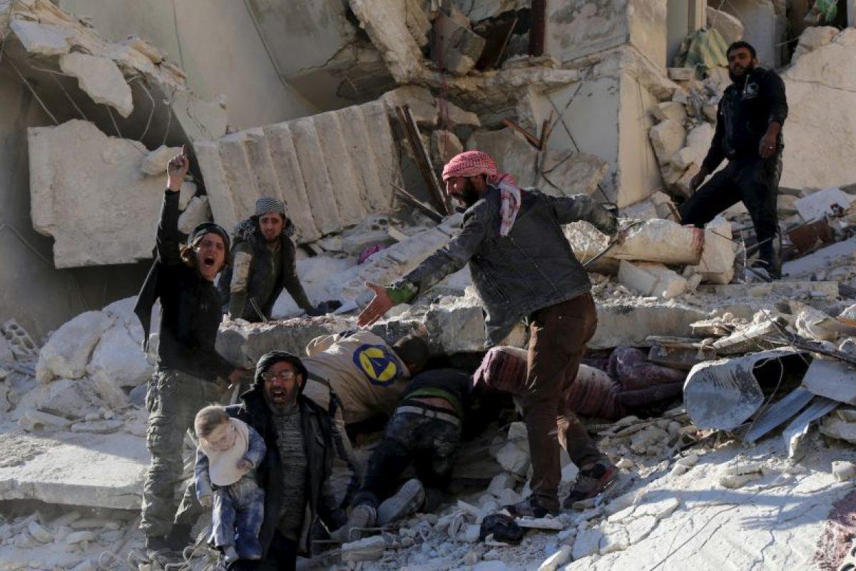 Civiles realizan labores de rescate tras un ataque aéreo en Siria. Foto:AFP. Imagen Por: