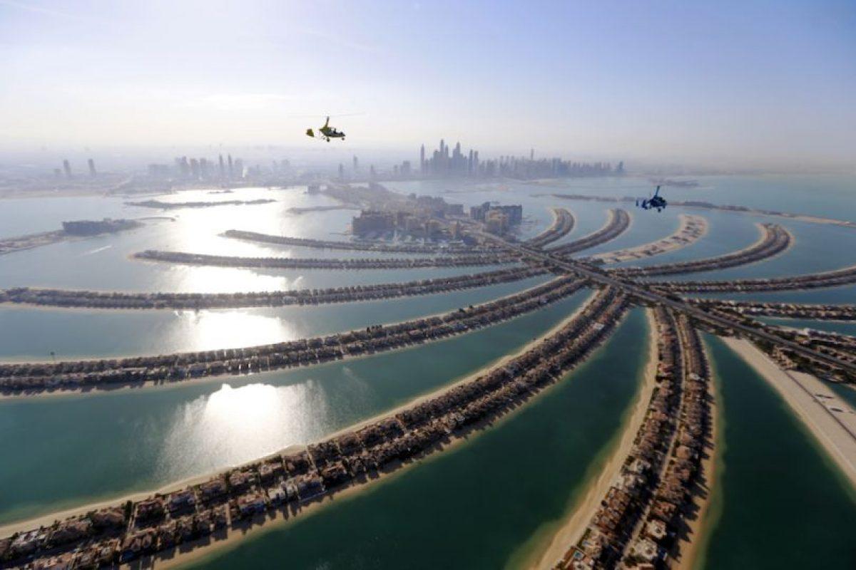 Girocópteros sobrevuelan la capital de los Emiratos Árabes Unidos, Dubai, durante los Juegos Aéreos Mundiales 2015. Foto:AFP. Imagen Por: