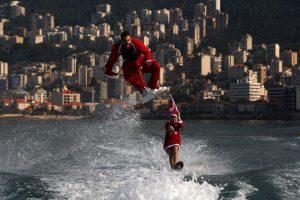 Hombres vestidos de Santa Claus hacen trucos acuáticos en Beirut, Líbano. Foto:AFP. Imagen Por: